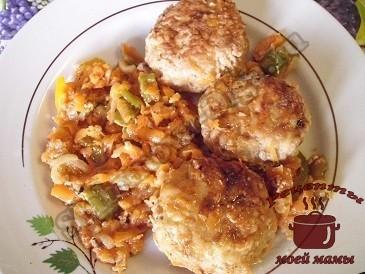 Тефтели в соусе с мясом и рисом