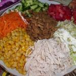 Салат с курицей и сухариками