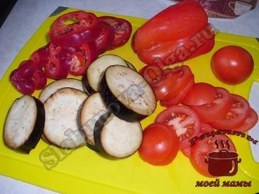 Овощи режем кружочками, немного солим и оставляем пропитаться