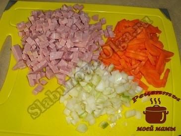 Суп колбасный. Подготавливаем колбасу, лук и морковь.