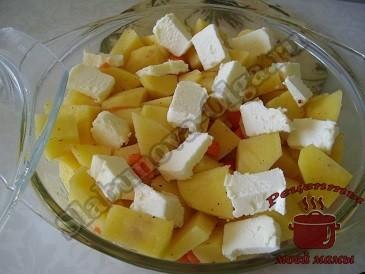 Масло раскладываем сверху по картошке