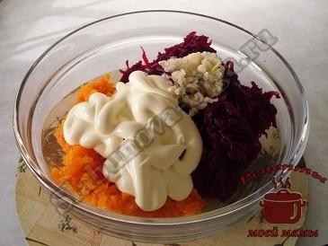 Салат из свеклы, моркови с чесноком