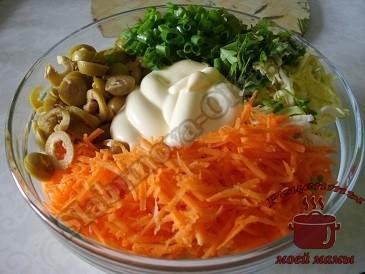 Салат из капусты с оливками и зеленью