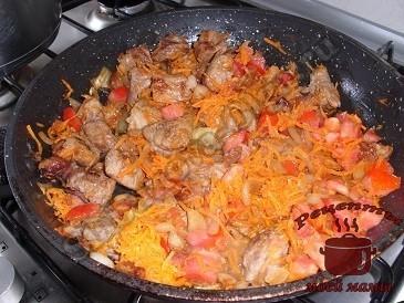 Перловая каша с мясом. Обжариваем мясо с овощами.