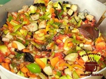 Лечо из баклажанов и кабачков, тушим овощи