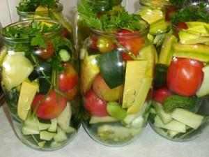 маринованные овощи Ассрти.Укладываем овощи