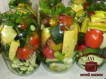 маринованные овощи Ассрти. Укладываем овощи