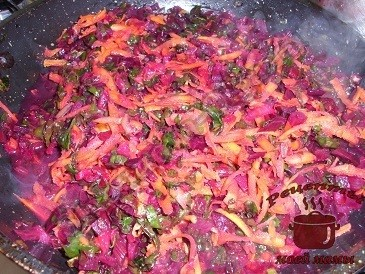Вкусный борщ из молодой свеклы , тушим овощи