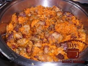 Квашеная капуста тушеная с мясом, добавляем овощи