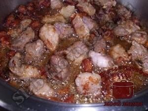 Квашеная капуста тушеная с мясом, жарим сало и мясо
