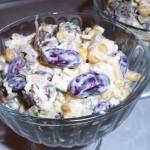 Салат с курицей и сухариками готов