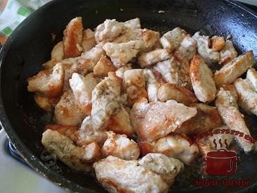 Сочная куриная грудка в сметанном соусе, обжариваем