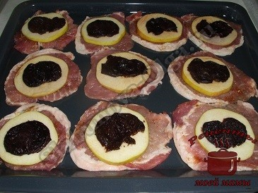Вкусное мясо с яблоками и черносливом, укладываем слоями