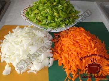 Салат-из-зеленых-помидоров,-режем-овощи