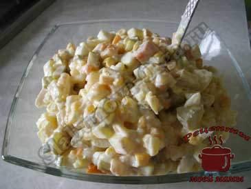 Салат-с-кальмарами-и-кукурузой-готов