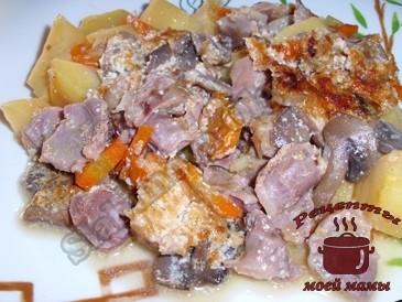 Тушеные-куриные-желудки-с-грибами-и-картошкой-в-горшочке