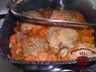 Куриные-бедрышки-в-соусе-с-овощами-и-грибами-готовы