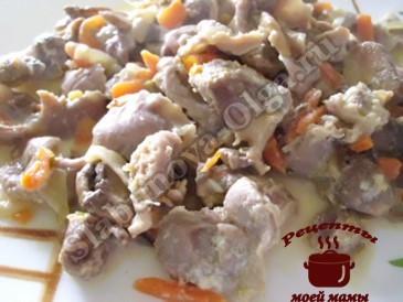 Тушеные куриные желудки с грибами