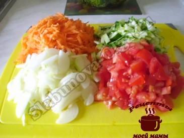 Рассольник с рисом, режем овощи