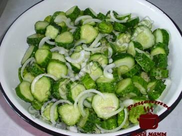 Сырой салат из огурцов, заливаем маригадом