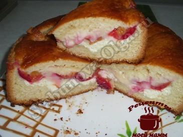Трехслойный пирог со сливами