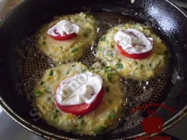 Вкусные оладьи из кабачков, жарим