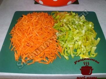 Закуска из баклажанов, режем овощи