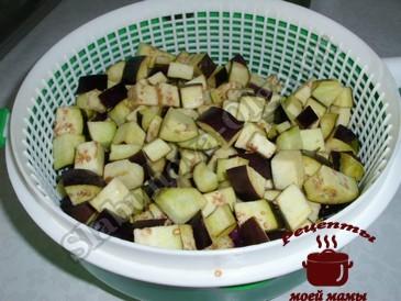 Баклажаны в томате, режем баклажаны