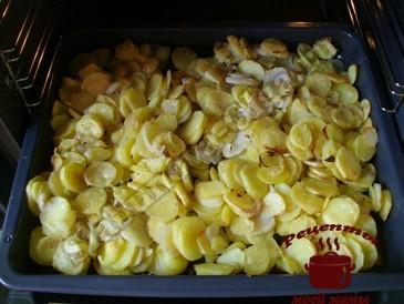 Картофель запеченный в духовке, запекаем
