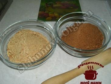 Яблочный пирог с корицей, измельчаем печенье