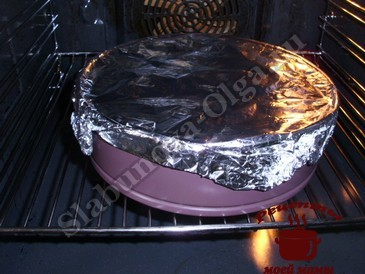 Бисквитный пирог, запекаем