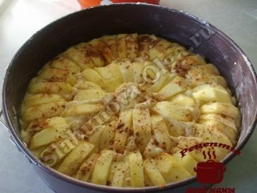 Вкусная выпечка с яблоками, выкладываем яблоки