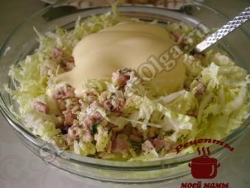 Салат с пекинской капустой, объединяем ингредиенты