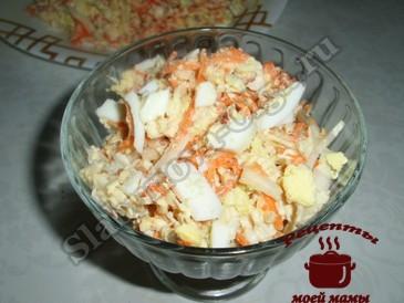 Салат с пекинской капустой, сыром и орехами