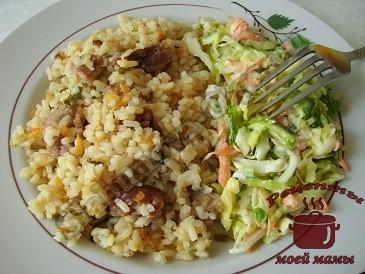 Рисовая каша на копченых ребрышках с кабачками