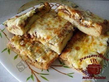 Пицца с грибами, овощами и колбасой