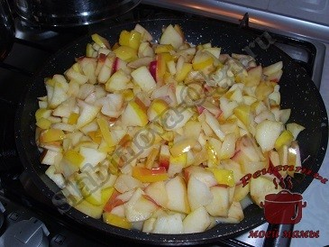 Обжариваем яблоки для лаваша