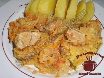 Тушеную капусту с мясом хорошо подавать с картофелем или рисом