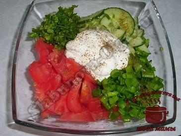 Салат из помидоров, огурцов и зелени