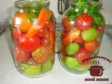 Маринованные помидоры . Укладываем яблоки и помидоры