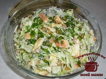 Салат со свежими огурцами, капустой и яичным омлетом