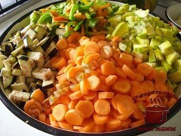 Лечо из баклажанов и кабачков, подготавливаем овощи