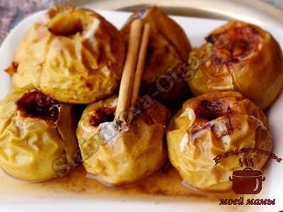 Печеные яблоки с корицей и сливочным маслом