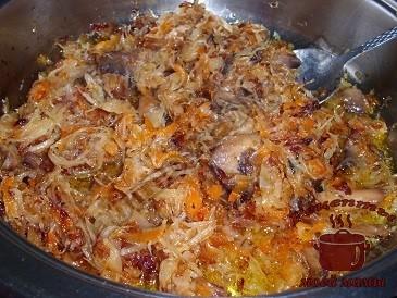 Квашеная капуста, жареная с грибами и луком готова