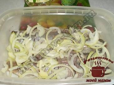 Маринованная селедка, добавляем лук