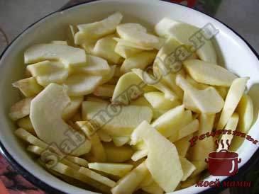 Песочный-пирог-с-яблочной-начинкой,-режем-яблоки