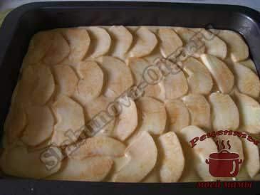 Шарлотка-с-творогом,-выкладываем-яблоки