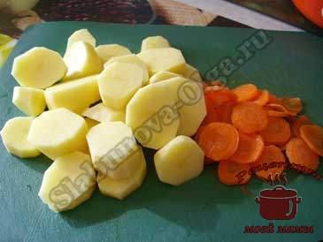 Курица-в-фольге,-режем-картофель