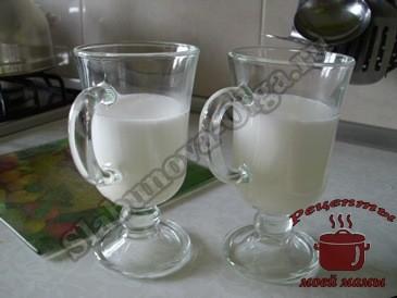 наливаем-молоко-с-пенкой