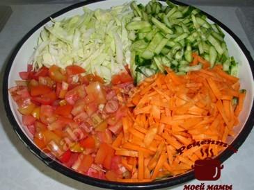 Овощной салат, режем овощи